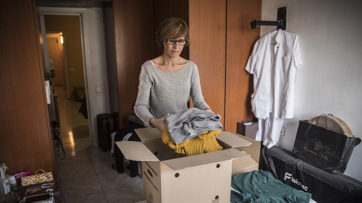 MercèContreras,vecina delnúmero 36 de la calle del Escorial, llena cajas para su inminente mudanza a una habitación por no poder afrontar la subida del alquiler.
