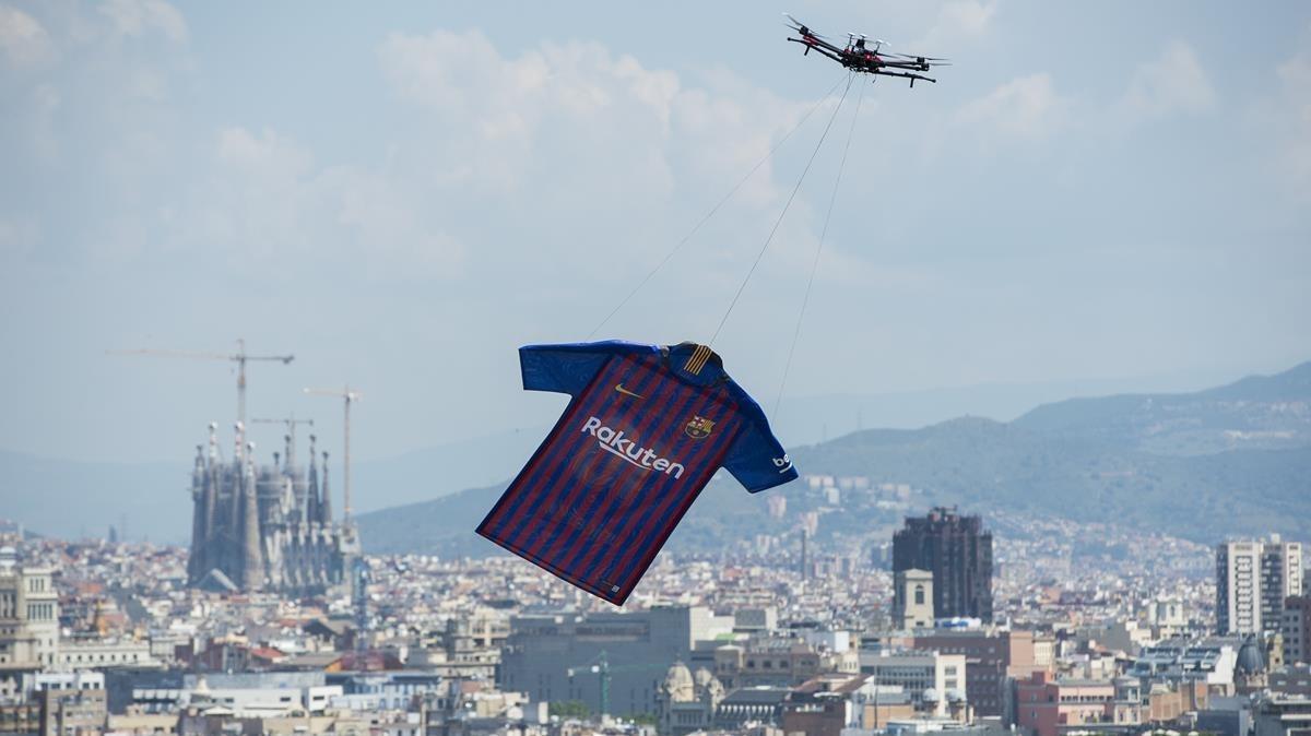 Un dron sobrevuela la ciudad con la nueva equipación del FC Barcelona.