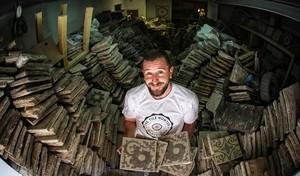 Joel Cánovas, rodeado de baldosas hidráulicas. Tendrá unas 15.000 en estealmacén de Gràcia. Espera convertilo en showroom.