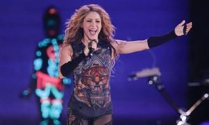 Shakira dedica 'Boig per tu' al seu sogre i enfonsa el Sant Jordi