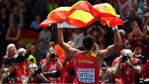 Orlando Ortega, con la bandera española tras quedar tercero en el Europeo de Berlín, el año pasado.