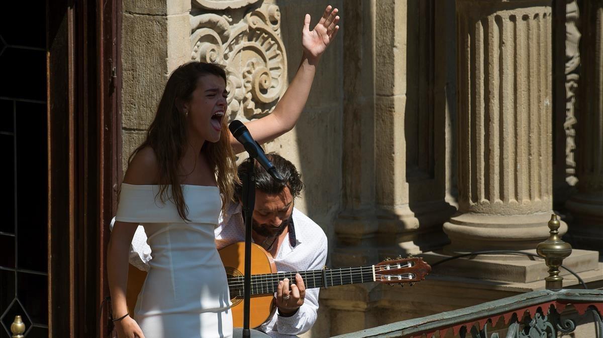Amaia Romero canta acompañada de Josemi Carmona en el balcón del Ayuntamiento de Pamplona.