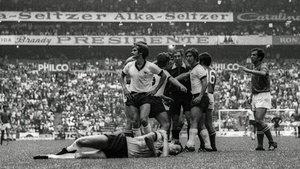 Franz Beckenbauer, tendido en el suelo tras la entrada de Fachetti en la semifinal del Mundial de 1970.