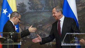El primer ministro ruso, Sergey Lavrov (derecha), y su homólogo venezolano, Jorge Arreaza, tras la rueda de prensa conjunta en Moscú.