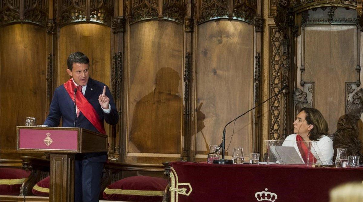 Manuel Valls se dirige a Ada Colau, este sábado en el Saló de Cent.