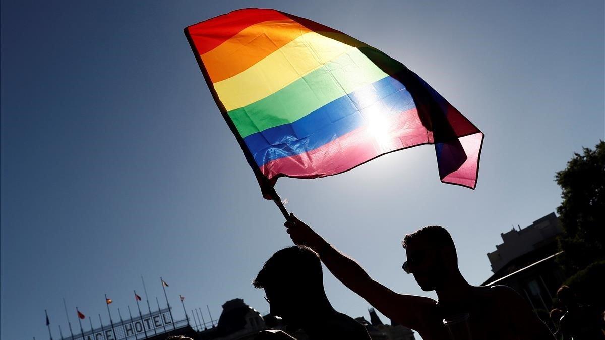 Una bandera arcoíris ondea durante el desfile del Orgullo de Madrid, este sábado.