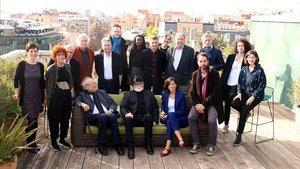 Foto de familia de algunos autores de Acantilado y Quaderns Crema, con la editoraSandra Ollo (sentada, de azul).