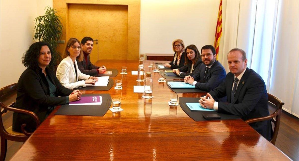 El 'vicepresident' Pere Aragonès, y la portavoz del Govern, Meritxell Budó, junto a representantes de los 'comuns' en la negociación de unos nuevos presupuestos para la Generalitat.