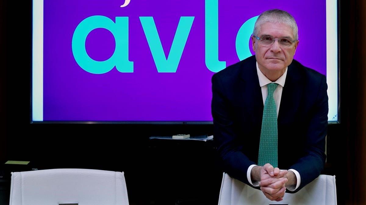 El presidente de Renfe, Isaías Táboas, junto al logo del AVE 'low cost'.