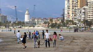 Els nens prenen les platges amb alegria i davant del temor d'alguns pares