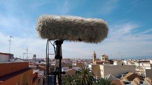 Un micrófono registra el horizonte sonoro desde un terrado de Alboraia, en Valencia.