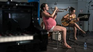 La trompetista Andrea Motis, de ocho meses, con su hermana la guitarista Carla Motis.