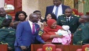 Zuleika Hassan, con su bebé en brazos en el Parlamento de Kenia.