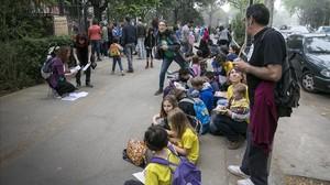 Pares de lEscola del Bosc protesten el primer dia de les proves de tercer de primària.