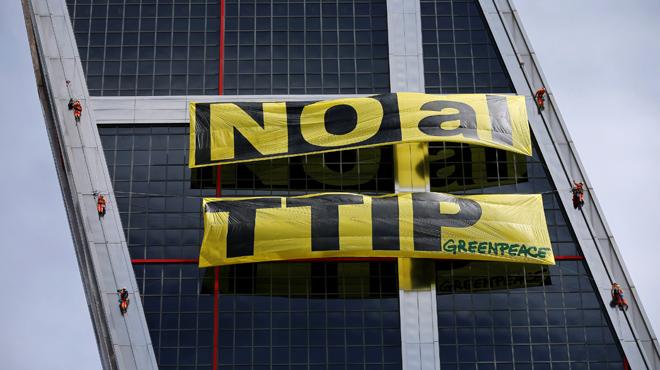 Protesta dactivistes de Greenpeace Madrid a les torres KIO contra el tractat {TTIP}