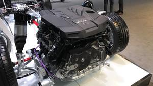 Detalle de motor V6 de 333 CV.