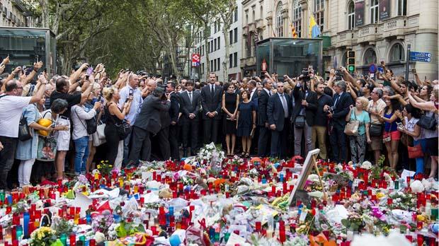 Los Reyes, Puigdemont y Colau en el homenaje sobre el mosaico de Miró.