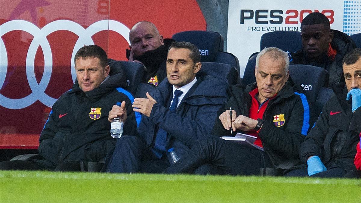 Pozanco, preparador físico, Valverde y Aspiazu, su segundo entrenador, en el banquillo del Camp Nou ante el Getafe.
