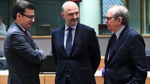 El ministro de Economía italiano, Pier Carlo Padoan (derecha), su homólogo español, Román Escolano (izq) y el comisario europeo Pierre Moscovici, antes de la reunión del Eurogrupo, el 12 de marzo.
