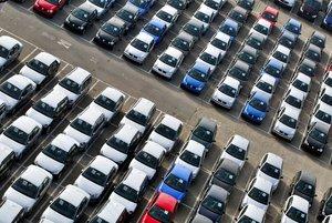 Vehículos en el puerto de Barcelona con destino a la exportación.