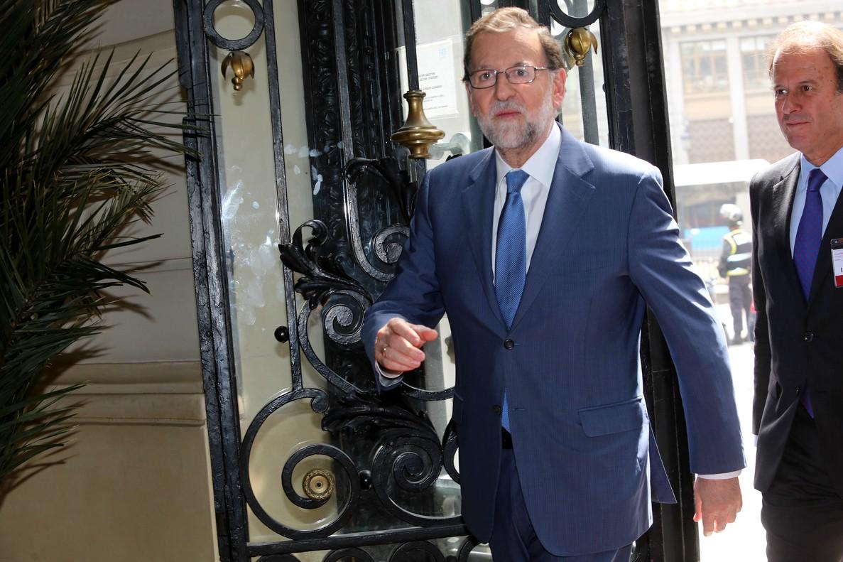 El presidente del Gobierno, Mariano Rajoy, antes de laclausura de la Asamblea del Instituto de la Empresa Familiar (IEF) que preside Ignacio Osborne (a la derecha).
