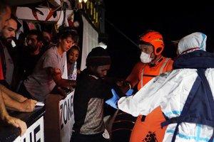Efectivos de la Guardia Costera proceden a la evacuación de 8 personas necesitadas de asistencia urgente que permanecían en el barco de la ONG española Open Arms, que sigue bloqueado desde hace 18 días frente a la isla italiana de Lampedusa.
