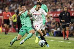Reguilón (d) durante un partido con el Sevilla ante el Madrid.