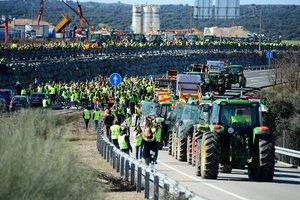 Los agricultores cortan la carretera a la altura de Navalmoral de la Mata.
