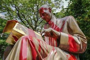 La estatua del periodista Indro Montanelli, objeto del ataque de dos colectivos estudiantiles