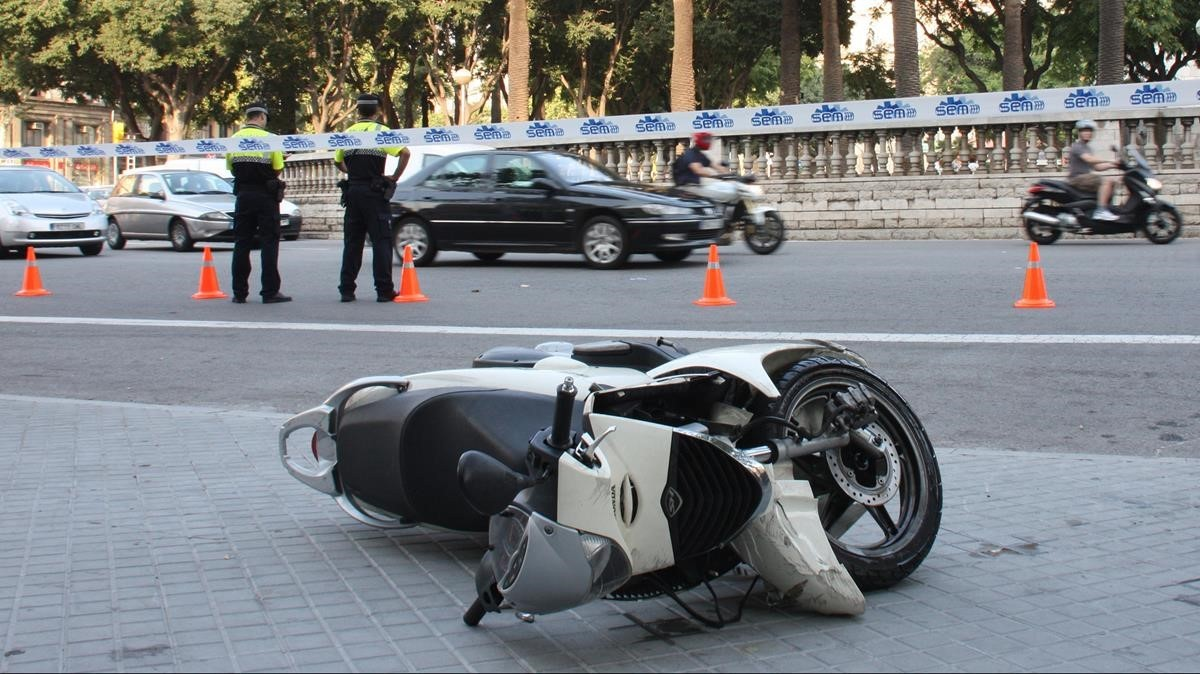 Moto accidentada en Barcelona. ARCHIVO.