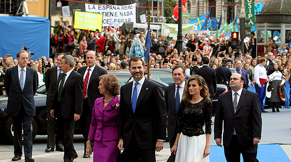 Abucheos a los Príncipes y la Reina en Oviedo