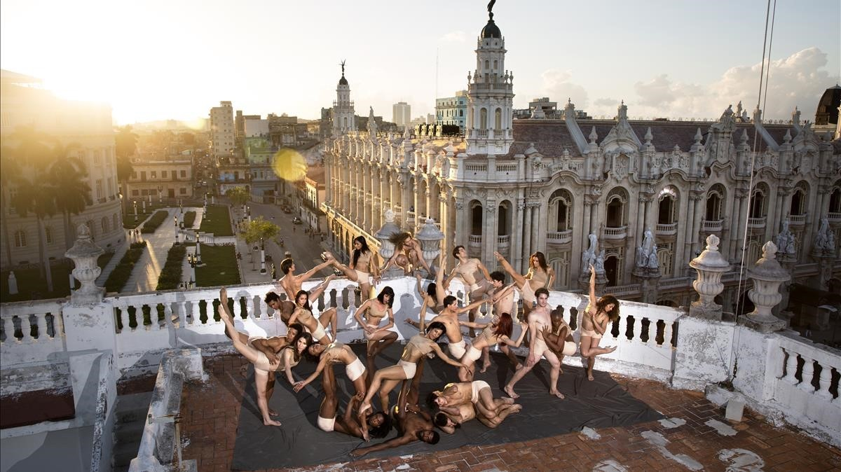 Los bailarines deAcosta Danza posan en lo más alto de su sede enLa Habana.