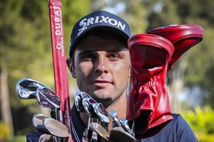 Adrià Arnaus posa con su bolsa de golf