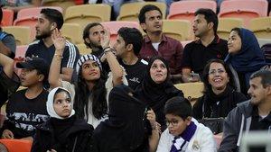 Aficionadas locales, antes del Madrid-Valencia, en las gradas del estadio de Yeda (Arabia Saudí).