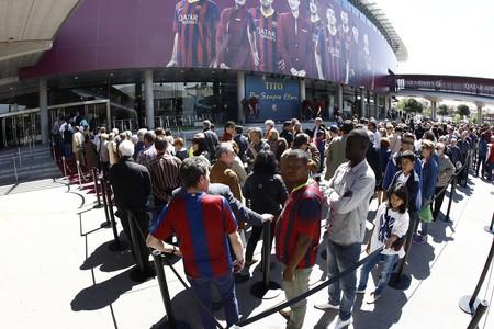 Aficionats del Barça fan cua al Camp Nou per acomiadar Tito Vilanova.