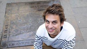 Albert Twose, ante el mapa del Eixample de Barcelona que propuso Antoni Rovira, en la plaza que lleva su nombre.