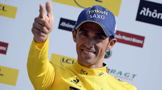 Alberto Contador, vestit de groc després de prendre el liderat del Critèrium del Dauphiné a Chris Froome.