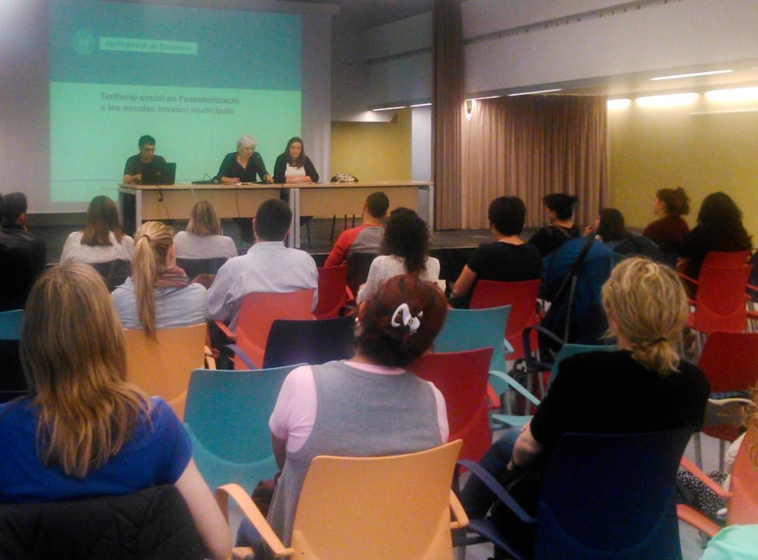La alcaldesa de Badalona, Dolors Sabater, y la concejal de Badalona Educadora, Laia Sabater, presentando la tarificación social por la cual se regiran las guarderías del municipio.