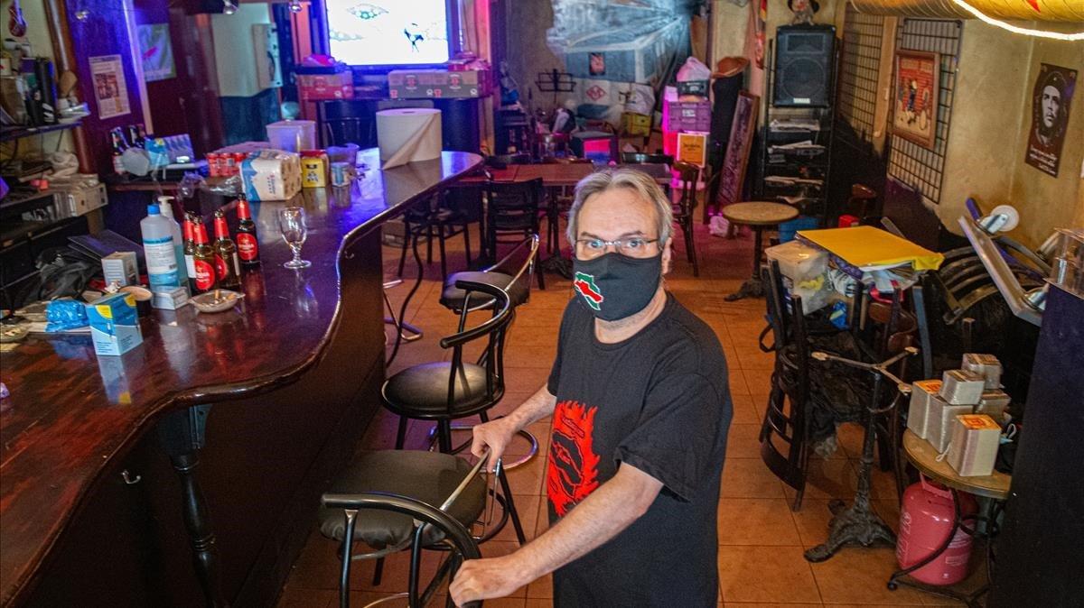 Aleix Perarnau, propietario del bar Línea Uno de Santa Coloma de Gramenet, en su local, este lunes 3 de agosto.