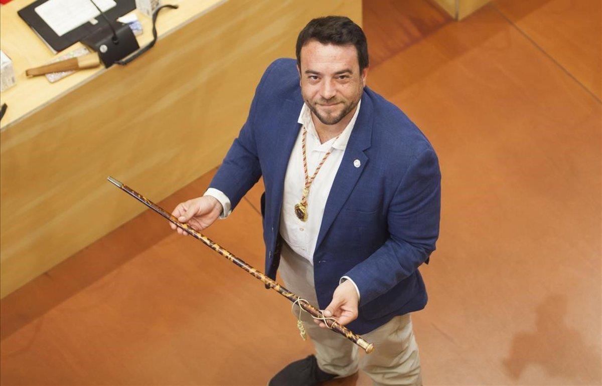 Álex Pastor, nuevo alcalde de Badalona, con la vara de mando.
