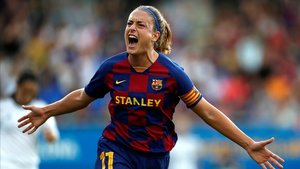 Alexia festejando un gol del Barça en un partido de la Primera Iberdrola