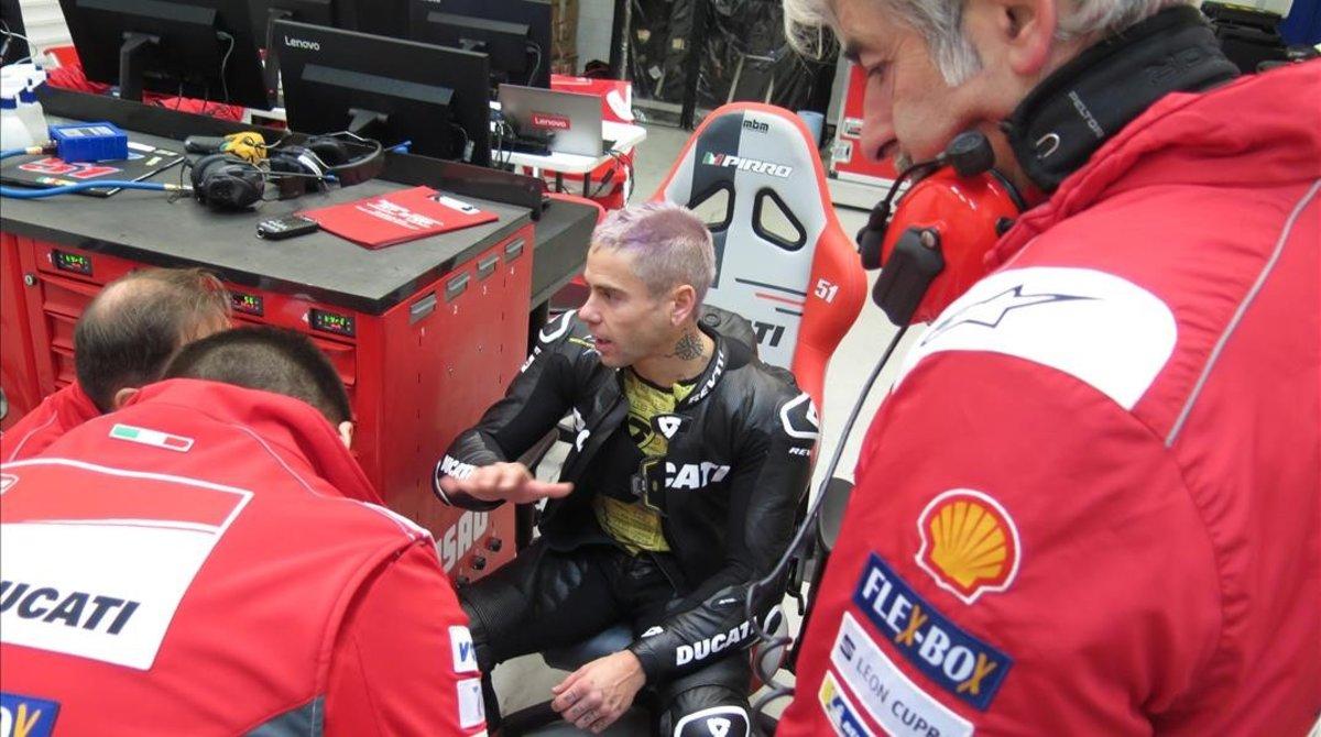 Álvaro Bautista conversa con el equipo de pruebas de Ducati MotoGP ante la presencia del ingeniero Gigi DallIgna.