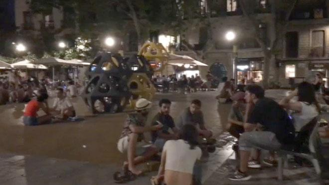 Ambiente en la plaza del Sol de Gràcia, en Barcelona, el miércoles, 15 de julio, por la noche.