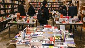Ambiente pre-Sant Jordi en la librería Calders, en el barrio de Sant Antoni, la mañana del lunes de Pascua.