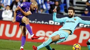 Amrabat y Piqué disputan un balón en campo del Leganés.