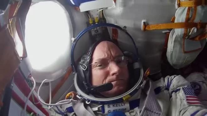 Kelly formó parte de un experimento pionero de la NASA que comparaba los cambios físicos que sufrió durante todo ese tiempo con los de su hermano gemelo. 340 días en el espacio.
