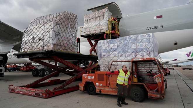 Aterra a Madrid un Airbus amb 12,5 tones de material per a les comunitats autònomes