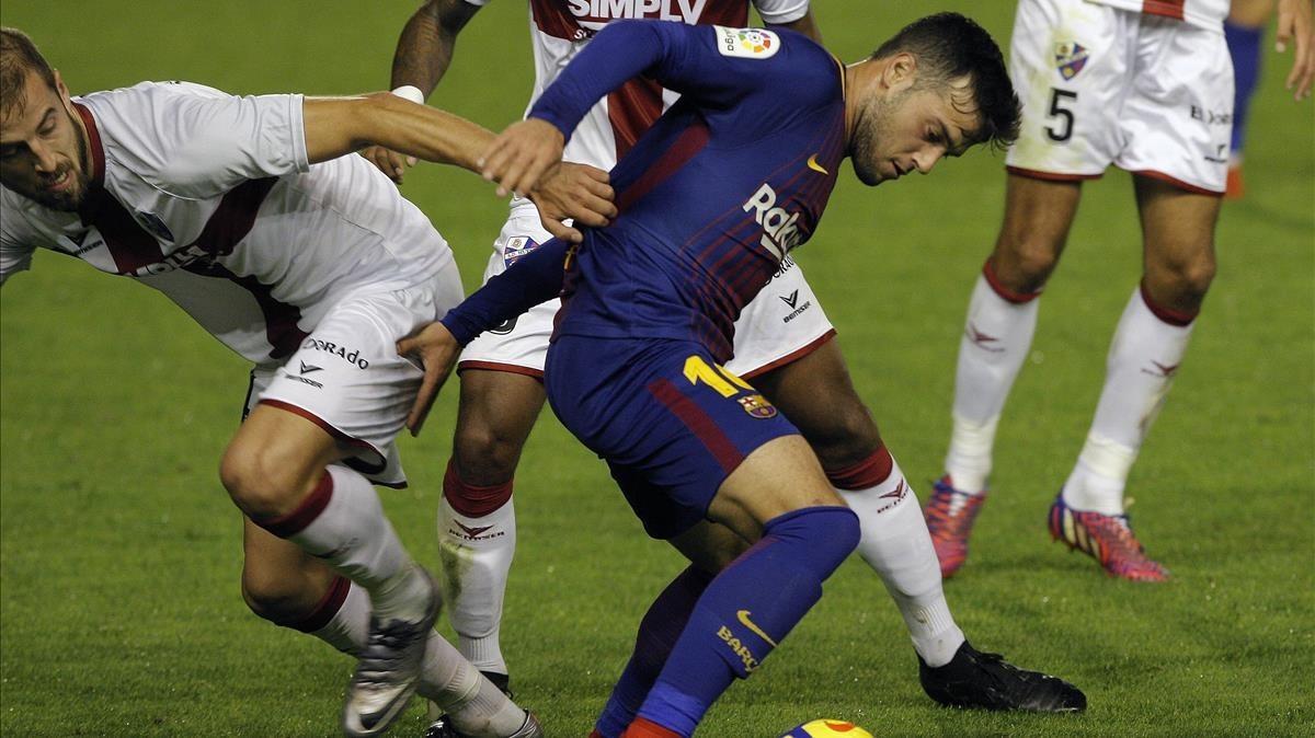El azulgrana Arnaiz lucha por un balón ante el Huesca.