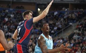 El azulgrana Seraphin intenta superar a Voigtmann en una acción del partido en Vitoria