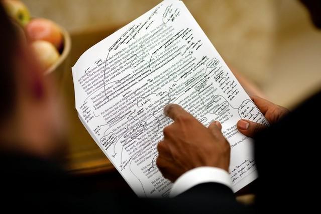 Obama trabaja en un discurso con Jon Favreau, la persona que le escribe los discursos, en el Despacho Oval, en septiembre del 2009.